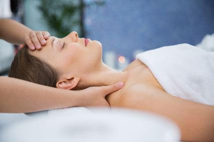 Mujer recibiendo un masaje